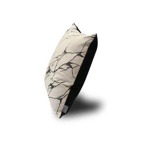 housse coussin blanc coussin en blanc et noir design organique onyx par adm