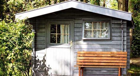 tuinhuis verven of beitsen tuinhuis verven stap voor stap beitsen of schilderen
