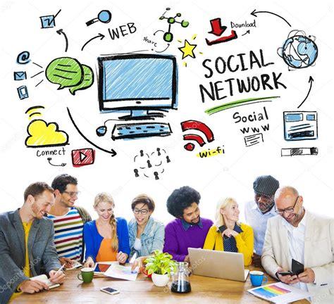 Imagenes De Redes Sociales De Personas   personas discutiendo sobre red social fotos de stock