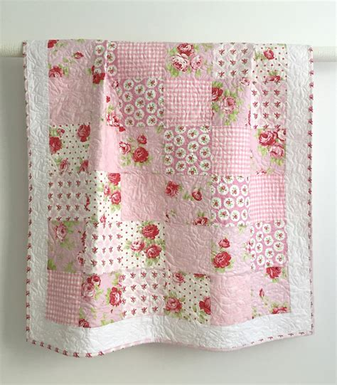 quilt designs für babys adorable baby quilt with tiny pink roses