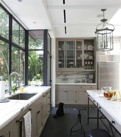 Délicieux Credence Pour Cuisine Grise #1: superbe-cuisine-blanche-et-grise-tr%C3%A8s-%C3%A9l%C3%A9gante-meuble-de-cuisine-couleur-gris-taupe-plan-de-travail-et-cr%C3%A9dence-en-marbre-style-raffin%C3%A9-e1476861799912.jpg