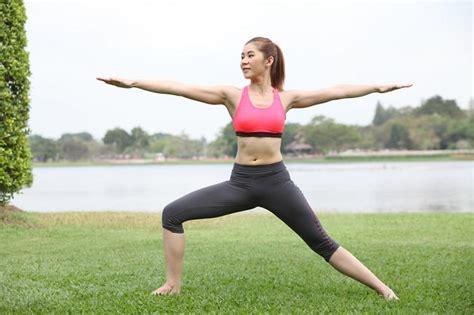 tutorial yoga di rumah 7 gerakan yoga untuk pemula yang dapat dilakukan di rumah