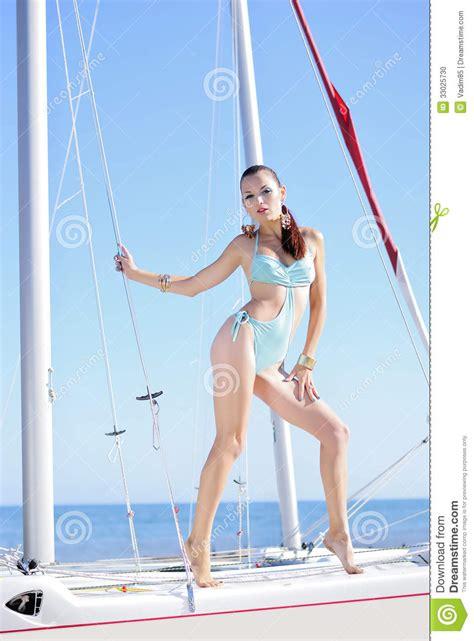 ragazza in costume da bagno ragazza graziosa in costume da bagno sulla barca a
