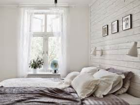 Attrayant Peinture Chambre A Coucher #2: lambris-bois-blanc-chambre-coucher-campagne-chic-appliques-murales-blanches.jpg
