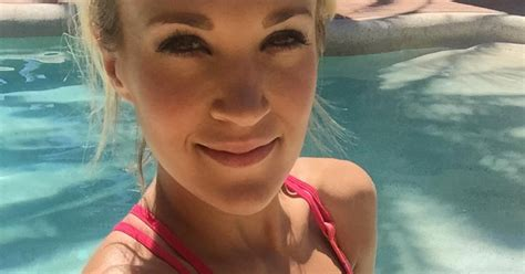 carrie underwood body carrie underwood is perfectly toned in this bikini selfie
