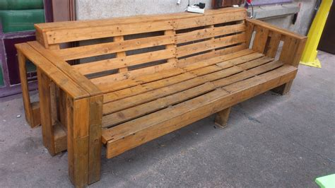 couch made of pallets wooden couch made of pallets du baust tu bricoles you