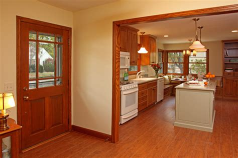 can you tell me the wall paint color it goes well with the honey oak trim