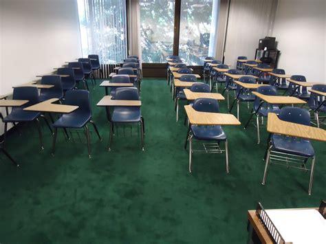Desk Chairs 무료 이미지 책상 표 강당 의자 내부 창문 모임 녹색 빈 방 교실 테이블 학교