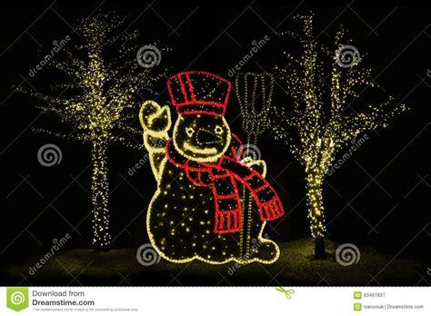 alberi illuminati pupazzo di neve ed alberi illuminati fotografia stock