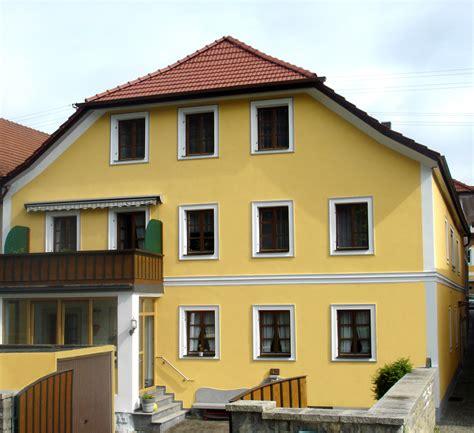 fassade gelb historische fassade mit stuck neu verputz maler und