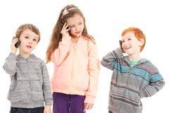 libro talking to my daughter tre bambini felici che comunicano sui telefoni mobili immagini stock libere da diritti