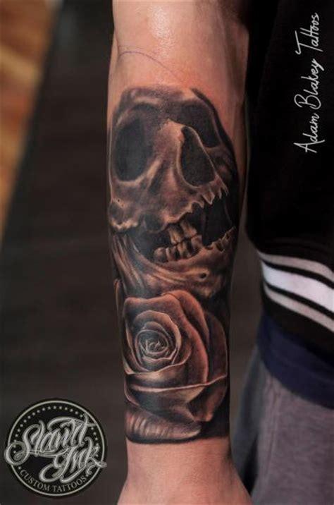 realistische blumen totenkopf tattoo von slawit ink
