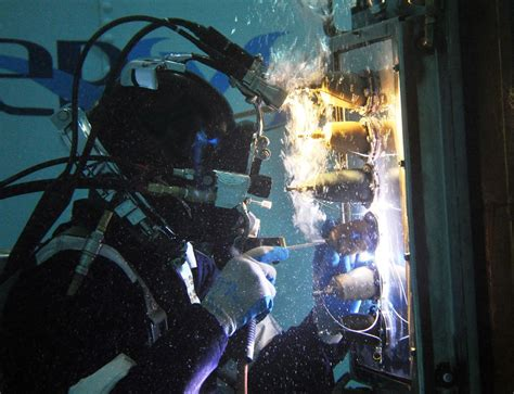 underwater welding by diver subsea pipeline engineering