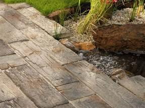 terrassen platten terassenplatten nature in bahnschwellenoptik