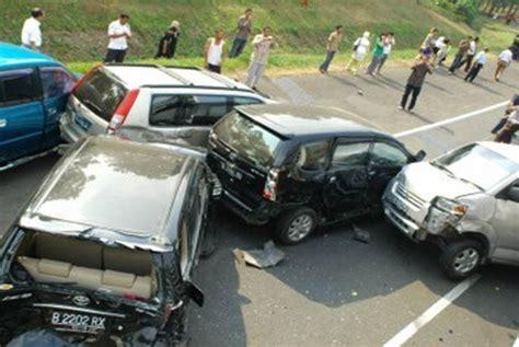 Lu Kota Mobil Avanza bandar kecelakaan beruntun 3 mobil di tol dalam