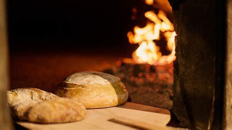 come cucinare il pane come cuocere pane nel forno legna vita donna