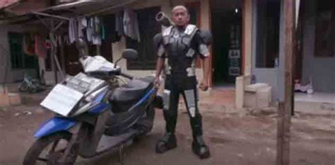Karpet Karakter Gambar Robot yudi mengolah limbah jadi kostum robot quot war machine