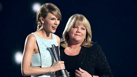 Singer Kitchen Cabinets by Taylor Swift S Mom Delivers Heartfelt Speech At Acm Awards