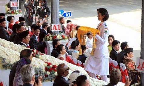 Negara Dan Etnis Tionghoa etnis tionghoa bawa baki bendera pusaka di istana negara tionghoa tradisi dan budaya tionghoa