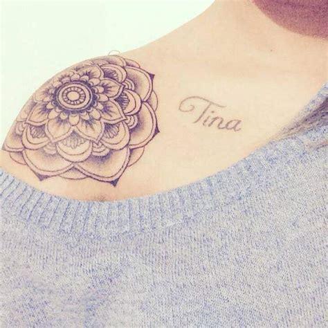 tattoo mandala epaule tatouage de femme tatouage mandala noir et gris sur