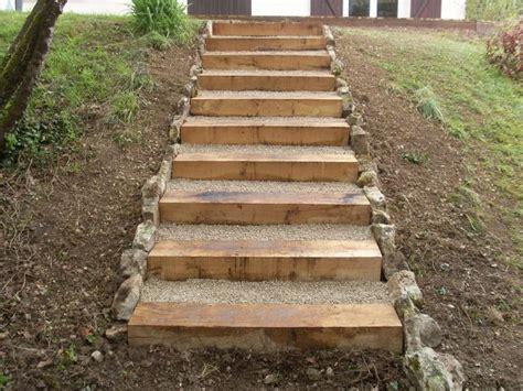 Incroyable Amenager Jardin En Pente #2: Amenager-son-jardin-en-pente-17-terrasse-en-bois-et-escalier-en-traverse-bois-736x552.jpg