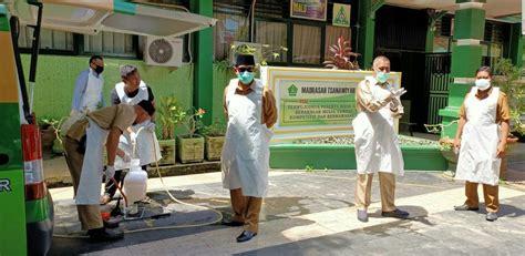 pimpin penyemprotan disinfektan  madrasah wahyuddin