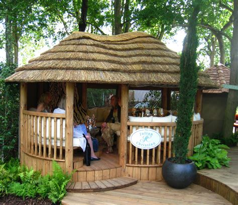 Garden Tiki Hut the chelsea flower show in blondon bloom blondon