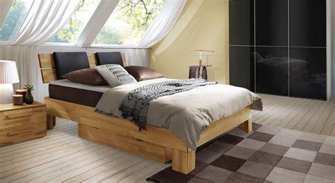 schöne betten günstig schlafzimmer wandfarbe braun