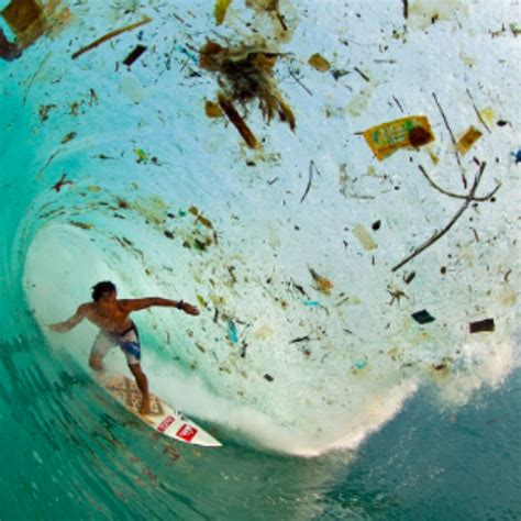 nas daily indonesia imagem de surfista retrata a polui 231 227 o nas 225 guas da indon 233 sia