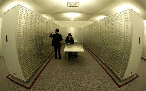 caja fuerte en banco interior de una caja fuerte en un banco en suiza foto