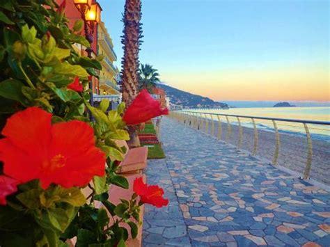 i fiori mare la lunga passeggiata sul mare foto di lungomare angelo