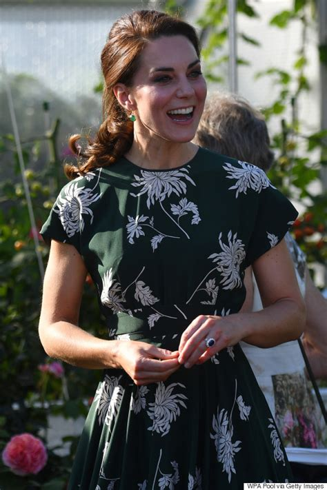 kate middleton photos prove she is perfect kate middleton sports gorgeous green dress at the chelsea