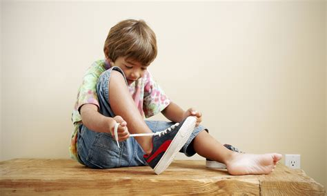 kid tying shoes do s dont s about gifting a kid gift shopping