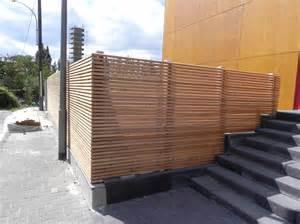 semitransparenter sichtschutzzaun aus l 228 rchenholz