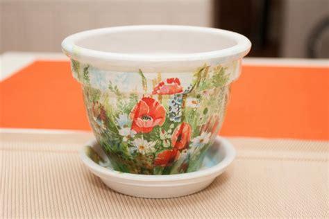 decoupage su vasi di terracotta come rinnovare i vasi di terracotta con il decoupage 7