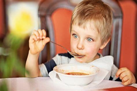 alimentazione bimbi 15 mesi alimentazione a 16 mesi come dovrebbe mangiare