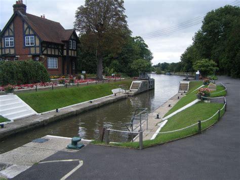 river thames boat hire bray river thames towards bray village amerden caravan