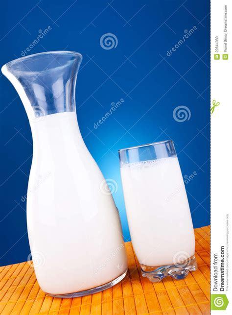 imagenes de sorpresas de tarro de leche vidrio y tarro de leche de vaca fresca im 225 genes de archivo