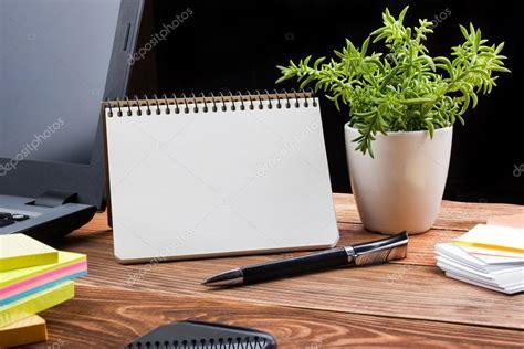 bloc note sur bureau bureau table bureau avec pc papier froiss 233 coupe