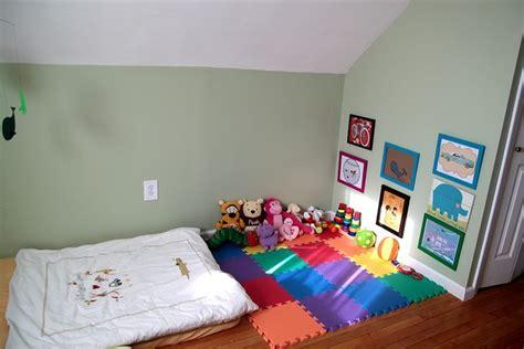 montessori bedroom baby cama no ch 227 o e tapete estimulam a autonomia do beb 234