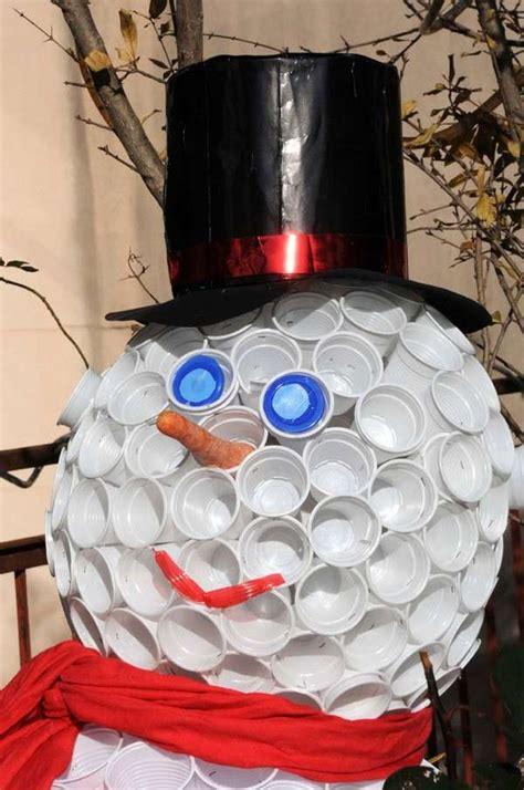 pupazzo di neve fatto con i bicchieri di plastica lavoretti di natale con materiali di riciclo foto