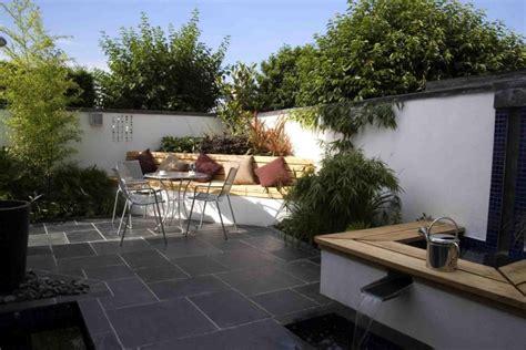 Beau Fontaine De Jardin Moderne #4: Aménager-jardin-terrasse-ban-table-chaises-métalliques-fontaine-plantes.jpg