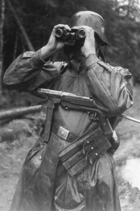 WW2 Photo WWII German Soldier MP 40 Submachine World War