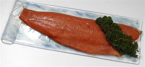 cuisiner un saumon entier saumon sauvage cru entier