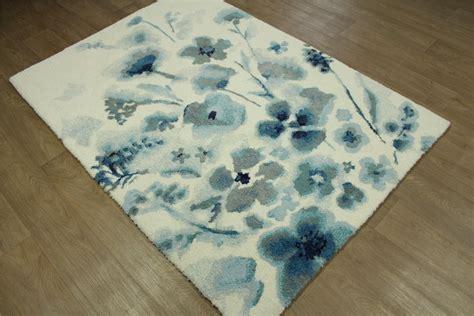 teppich türkis weiß wohnzimmer streichen ideen