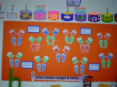 memajang karya siswa dalam dua bahasa guru kreatif
