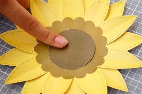como hacer un girasol gigante de papel girasol de papel para primavera 4