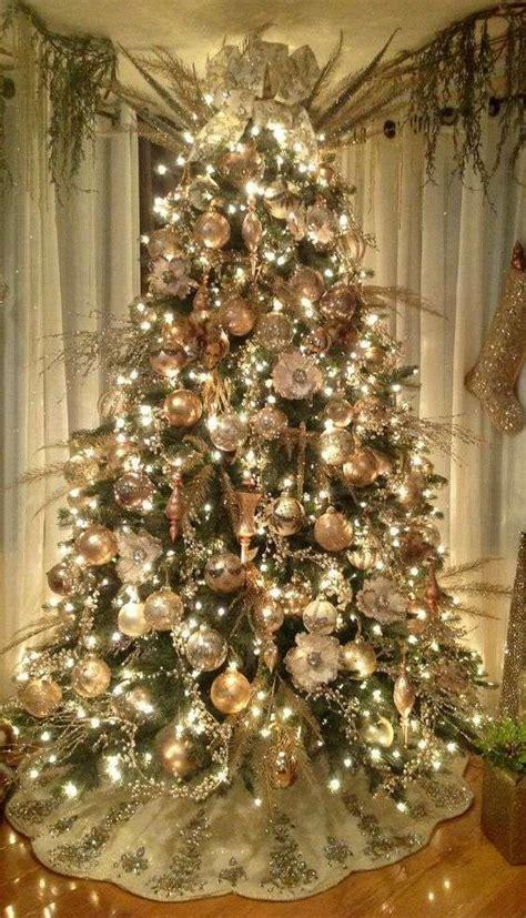 decorare alberi di natale idee per decorare un albero di natale dorato natale