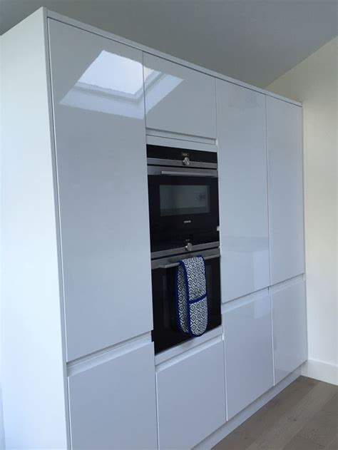 Gloss Kitchens Howdens by White High Gloss Howdens Handle Less Kitchen Siemens
