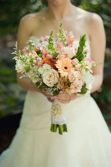 25 beste idee 235 n gerbera bruidsboeketten op gerbera madeliefje huwelijk